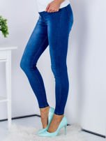 Niebieskie jeansowe spodnie skinny z perełkami na kieszeniach                                  zdj.                                  3
