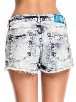 Niebieskie jeansowe szorty marmurki z poszarpaną nogawką                                  zdj.                                  5