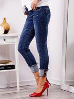 Niebieskie jeansy z podwijanymi nogawkami                                  zdj.                                  8