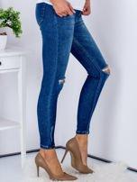 Niebieskie jeansy z rozcięciami na kolanach                                  zdj.                                  5