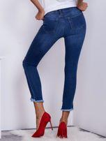 Niebieskie jeansy z wystrzępionymi nogawkami                                  zdj.                                  2