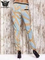Niebieskie lejące spodnie z artystycznym nadrukiem                                  zdj.                                  2