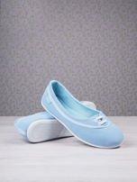 Niebieskie materiałowe baleriny Cushy Court ze sznurówkami i białą podeszwą                                  zdj.                                  4