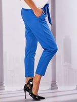 Niebieskie materiałowe spodnie z wiązaniem                                  zdj.                                  5
