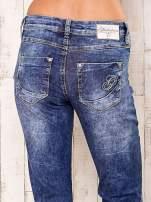 Niebieskie przecierane spodnie regular jeans                                                                           zdj.                                                                         5