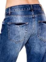 Niebieskie spodnie boyfriend jeans z rozdarciami