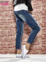 Niebieskie spodnie girlfriend jeans z kryształakami                                  zdj.                                  3