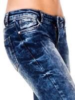 Niebieskie spodnie jeansowe rurki z cieniowaniem i rozdarciami na kolanach                                  zdj.                                  7