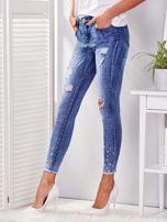 Niebieskie spodnie jeansowe skinny z perełkami i wystrzępionymi nogawkami                                  zdj.                                  3