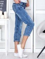 Niebieskie spodnie jeansowe z dekatyzacją i przedarciami                                  zdj.                                  5