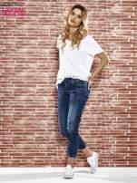 Niebieskie spodnie regular jeans z plecionym paskiem                                  zdj.                                  4
