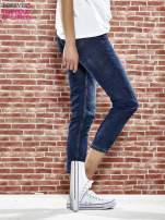 Niebieskie spodnie regular jeans z plecionym paskiem                                  zdj.                                  3