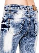 Niebieskie spodnie skinny jeans marmurki z rozjaśnianą nogawką                                  zdj.                                  7