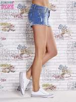 Niebieskie szorty jeansowe z postrzępionymi brzegami