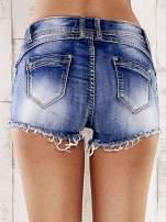 Niebieskie szorty jeansowe z postrzępionymi nogawkami                                  zdj.                                  2