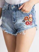 Niebieskie wystrzępione jeansowe szorty z aplikacją                                  zdj.                                  1