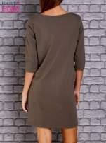 Oliwkowa sukienka z naszywkami                                  zdj.                                  4