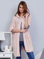 Otwarty sweter z warkoczowym wzorem i kapturem różowy                                  zdj.                                  1