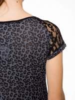 Panterkowy t-shirt z nadrukiem BORN FREE i koronkowymi rękawami                                  zdj.                                  9