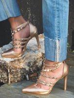 Perłoworóżowe sandałki na szpilkach zapinane w kostce z ozdobnymi paseczkami i ćwiekami                                  zdj.                                  3