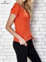 Pomarańczowy t-shirt sportowy termoaktywny z dekoltem V                                                                          zdj.                                                                         3