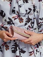 Pudroworóżowa błyszcząca kopertówka z dżetami                                  zdj.                                  1