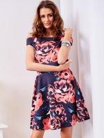 Rozkloszowana sukienka w duże kwiaty granatowa                                  zdj.                                  1