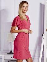 Różowa sukienka koktajlowa z falbankami na rękawach                                  zdj.                                  3