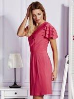 Różowa sukienka koktajlowa z falbankami na rękawach                                  zdj.                                  5
