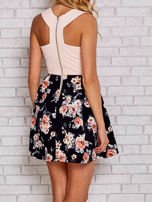 Różowa sukienka skater z kwiatowym dołem                                  zdj.                                  2