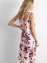 Różowa sukienka z falbaną przy dekolcie                                  zdj.                                  2