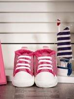 Różowe ocieplane buciki dziecięce w wzór jodełki                                  zdj.                                  1