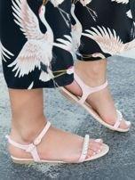 Różowe sandały z ozdobnymi perełkami na przodzie cholewki                                  zdj.                                  2