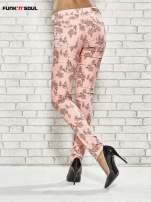 Różowe spodnie rurki w kwiaty Funk n Soul                                                                          zdj.                                                                         4