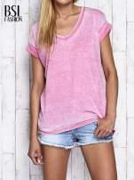 Różowy asymetryczny t-shirt z trójkątnym dekoltem                                  zdj.                                  1