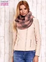 Różowy szalik w kratę