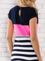Różowy t-shirt z motywem pasków i aplikacją na dekolcie