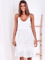 Biała sukienka damska z ażurowanym dołem                                  zdj.                                  2