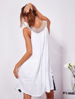 Biała sukienka midi z haftowanym wzorem                                  zdj.                                  2