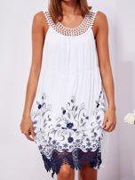 Biała sukienka midi z haftowanym wzorem                                  zdj.                                  5