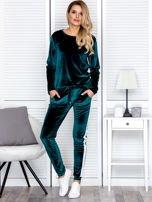 Spodnie dresowe aksamitne z jasnymi lampasami ciemnozielone                                  zdj.                                  4