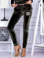 Spodnie dresowe welurowe z błyszczącymi kamyczkami ciemnozielone                                  zdj.                                  1