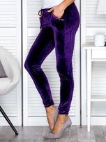 Spodnie dresowe welurowe z diamencikami przy kieszeniach fioletowe                                  zdj.                                  3