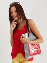 Srebrno-czerwona torebka młodzieżowa z napisem                                  zdj.                                  2