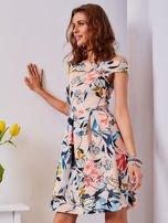 Sukienka brzoskwiniowa w roślinne wzory z kontrafałdami                                  zdj.                                  1