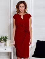 Sukienka ciemnoczerwona z drapowaniem i ozdobnym kwiatem                                  zdj.                                  1