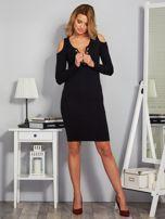 Sukienka cold shoulder ze złotym łańcuszkiem czarna                                  zdj.                                  4