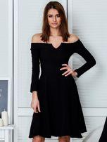 Sukienka czarna z odkrytymi ramionami i wycięciem                                  zdj.                                  1
