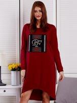 Sukienka damska dzienna z ozdobnymi literami bordowa                                  zdj.                                  1