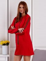 Sukienka damska z lampasami i kapturem czerwona                                  zdj.                                  3